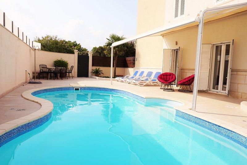 terraza privada con piscina