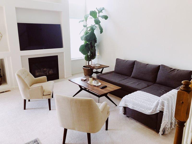 Beautiful Modern Get-Away! Sleeps 10. ENTIRE HOME! Pikes Peak Views from Bedroom, holiday rental in Cimarron Hills