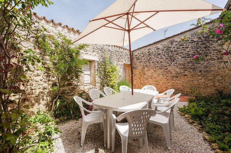 Amazing villa with swimming-pool, alquiler vacacional en Naujan-et-Postiac