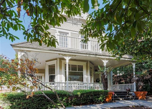Spacious Updated Victorian in Eastlake w/ Lake-View Balcony & Chef's Kitchen, alquiler de vacaciones en Seattle