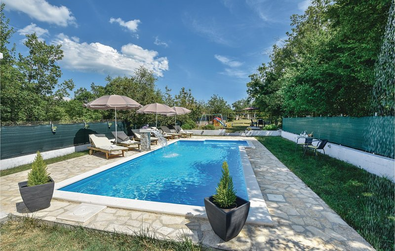 Beautiful home in Prgomet with WiFi and 4 Bedrooms (CDT280), holiday rental in Prapatnica
