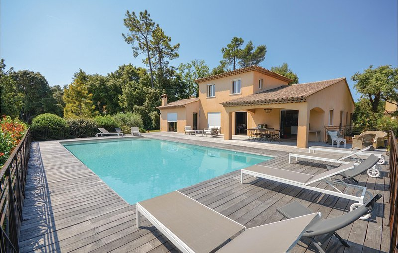 Nice home in Montauroux with WiFi, Outdoor swimming pool and 4 Bedrooms (FCV755), casa vacanza a Saint-Cezaire-sur-Siagne