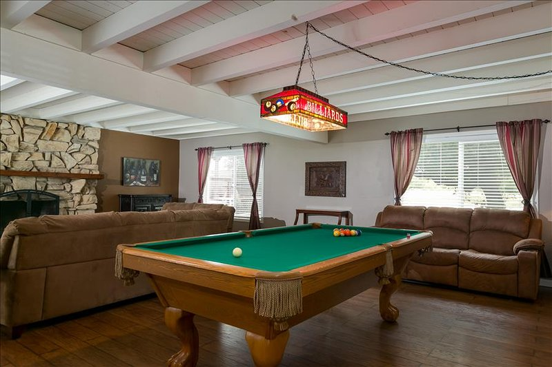 THE GIANT GREEN HOUSE-Large 4 Bed/3 Bath Pool Table Fun!, vacation rental in Templeton