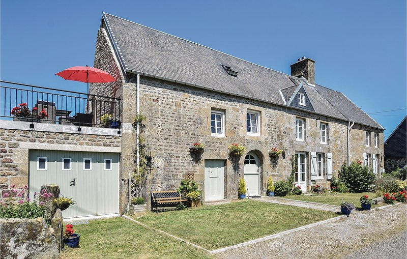 Nice home in St-Michel-de-Montjoie with WiFi and 3 Bedrooms (FNM464), holiday rental in Sourdeval