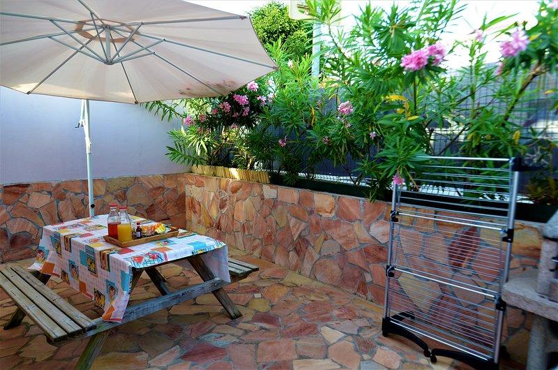 Främre terrass där du kan njuta av grillen