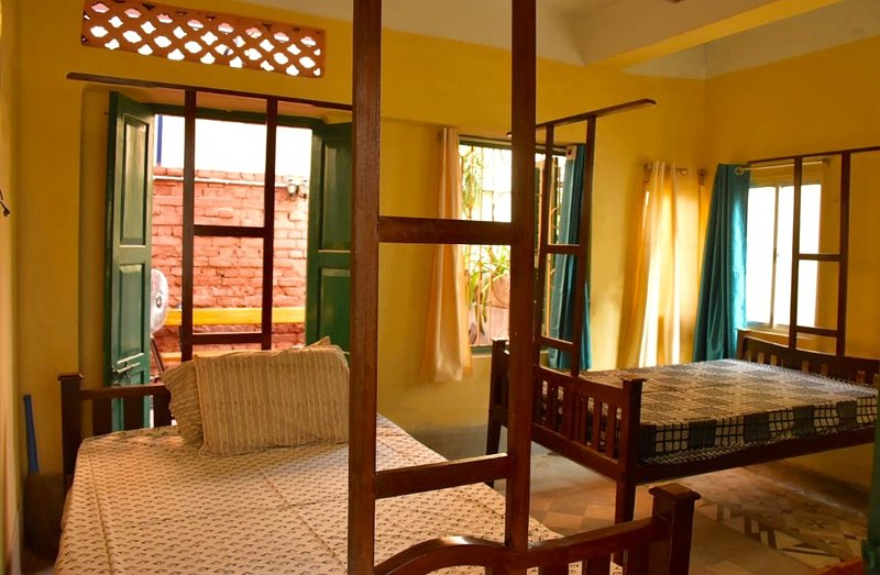 BhubanBari historic house airy twin room w 2 baths, kitchen, garden terrace, holiday rental in Kolkata (Calcutta)