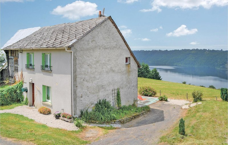 Stunning home in Beaulieu with 2 Bedrooms (FUC009), vacation rental in Liginiac