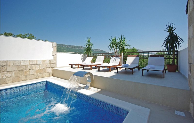 Awesome home in Umcani with WiFi and 9 Bedrooms (CDE849), holiday rental in Vrgorac