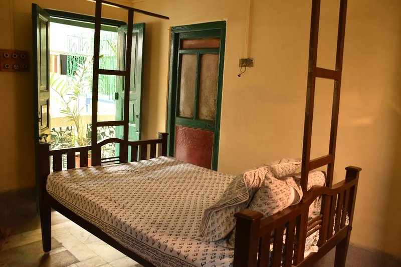 BhubanBari historic house airy double room w 2 baths, kitchen, garden terrace, holiday rental in Kolkata (Calcutta)