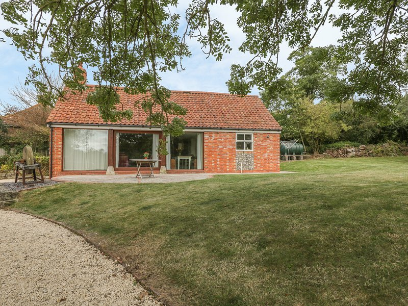 BRAMBLE BARN, stylish converted cart shed, woodland views, close to, location de vacances à Bedchester
