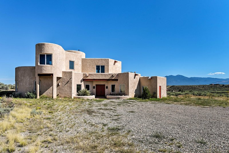 Rancho de Taos House w/ Balcony & Panoramic Views!, vacation rental in Carson