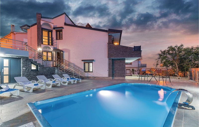 Amazing home in Krk with Outdoor swimming pool, Outdoor swimming pool and 4 Bedr, casa vacanza a Baska
