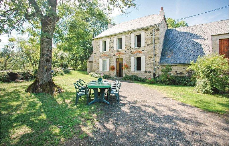 Amazing home in RIOM-ÈS-MONTANGES with 3 Bedrooms (FUC012), location de vacances à Le Falgoux