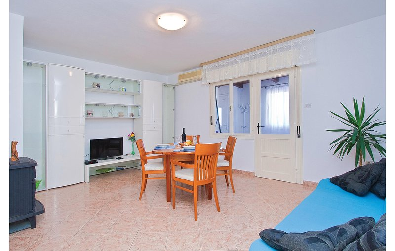 Nice home in Rojnici with WiFi and 2 Bedrooms (CIL867), holiday rental in Orihi