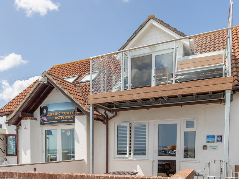 BEACHSIDE COTTAGE sea view balcony,  two bedrooms, parking permit in Weymouth., location de vacances à Ringstead