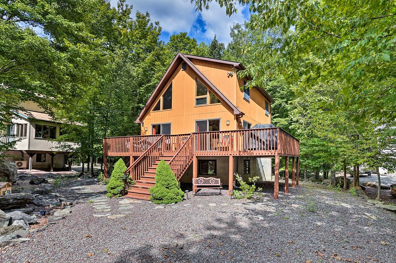 Lake Ariel Cabin w/Deck - Lake, Pool & Ski Access!, location de vacances à Hamlin
