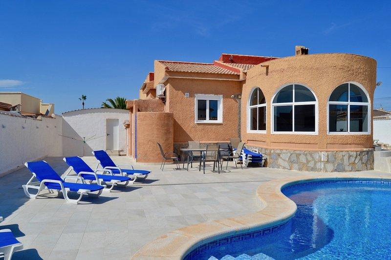 Casa Casals Villa met privé zwembad en minigolf, vacation rental in Torrevieja