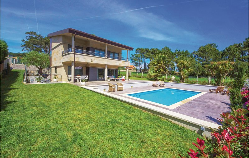 Awesome home in Pontevedra with Outdoor swimming pool, WiFi and 4 Bedrooms (ESP0, holiday rental in Viladesuso
