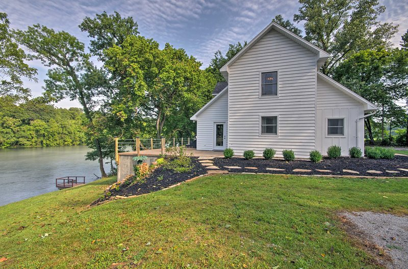 'Riverside Hide-A-Way' w/ Patio, BBQ, Fishing Pier, holiday rental in Gassville