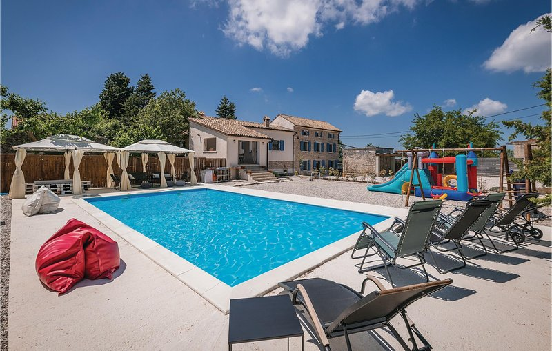 Beautiful home in Vodnjan with Outdoor swimming pool, WiFi and 4 Bedrooms (CIC98, location de vacances à Jursici