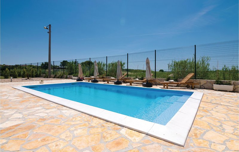 Amazing home in Islam Latinski with WiFi, 4 Bedrooms and Outdoor swimming pool (, casa vacanza a Posedarje