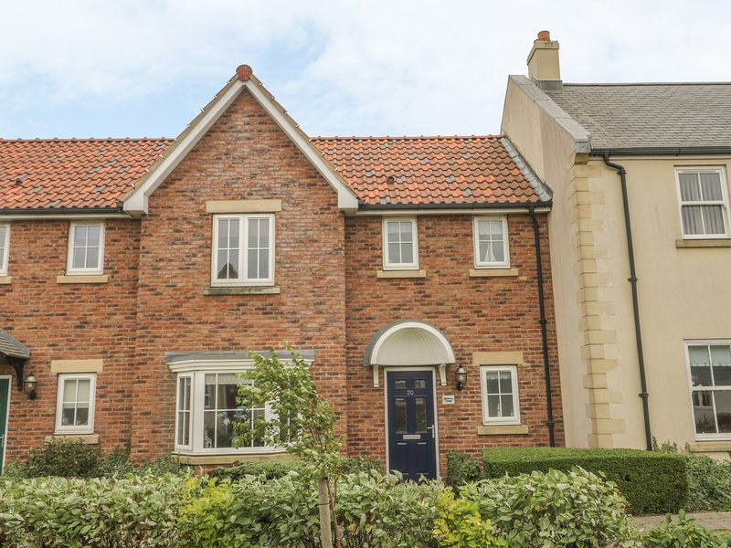 WHITE ROSE COTTAGE, modern accommmodation, WiFi, off road parking, on-site, vacation rental in Filey