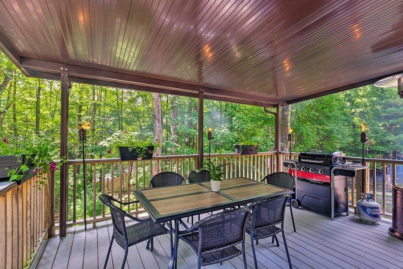 Profitez d'un porche couvert, d'une terrasse et d'un foyer extérieur dans ce recoin à ski ultime!