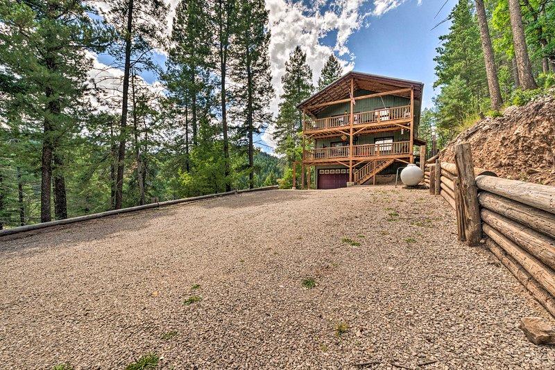 Family Cabin w/Views, 6 Mi to Cloudcroft, alquiler de vacaciones en Cloudcroft