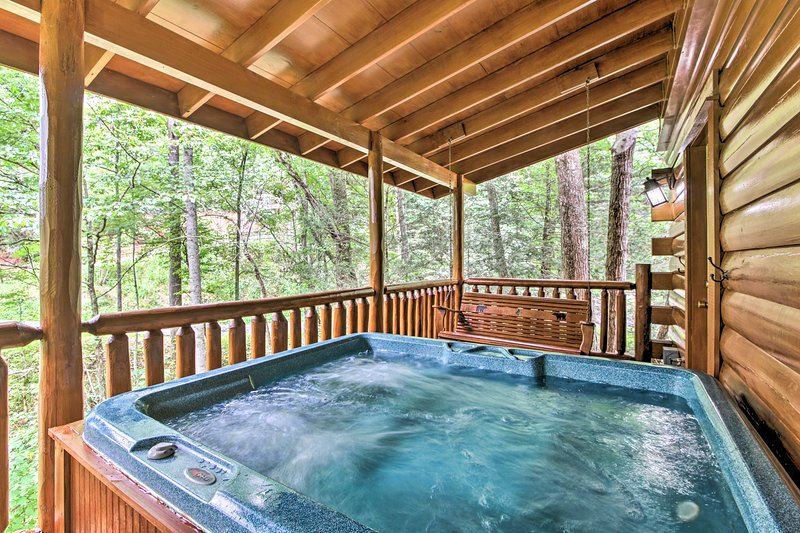 Romantic Pigeon Forge Log Cabin w/ Hot Tub!, vacation rental in Gatlinburg