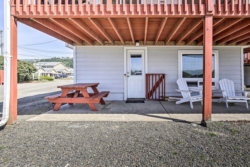 L'unità al primo piano vanta un patio ombreggiato con un tavolo da picnic e sedie.