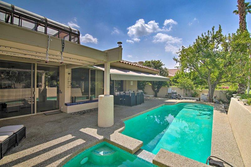 Ce lotissement en location possède une piscine privée.