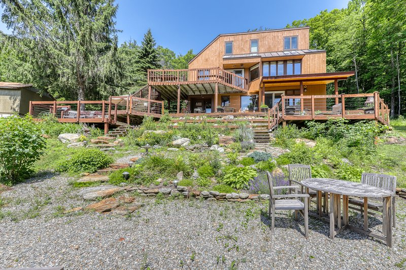 Lovely retreat w/ski & mountain views, private hot tub, pool table, & more!, holiday rental in Fayston