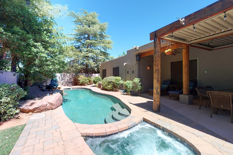 Picturesque home w/ private pool, hot tub & grill in a tranquil backyard!, vacation rental in Village of Oak Creek