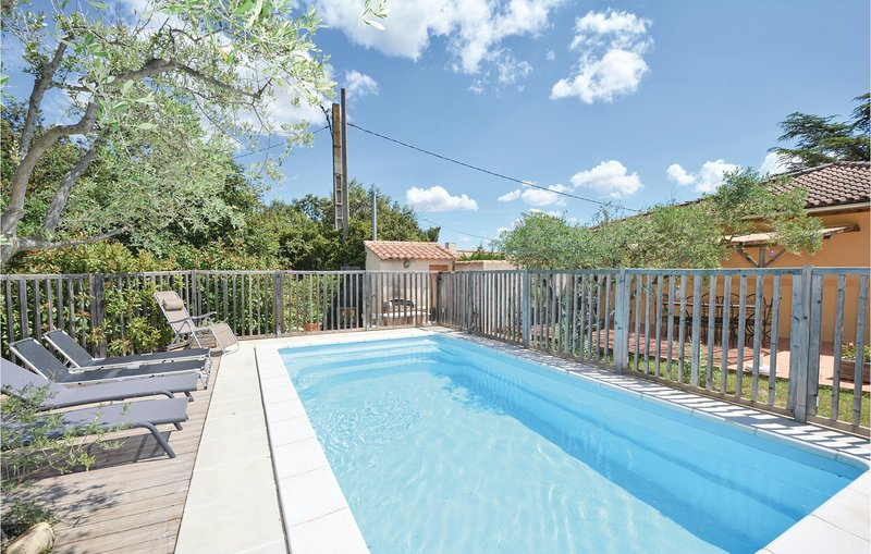 Nice home in Comps with WiFi, Outdoor swimming pool and 4 Bedrooms (FLG129), aluguéis de temporada em Montfrin