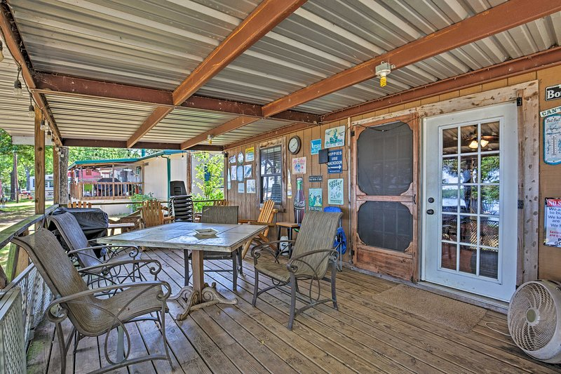 Cozy Cabin on Cedar Creek Lake w/ Grill & Kayak!, holiday rental in Eustace