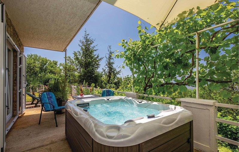 Beautiful home in Smrika with Jacuzzi, WiFi and 2 Bedrooms (CKA185), aluguéis de temporada em Smrika
