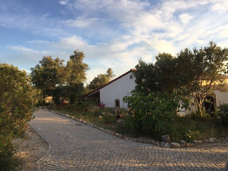 Großes Ferienhaus in idyllischer Lage mit Pool für Familien und Ruhesuchende, casa vacanza a Santa Barbara de Nexe