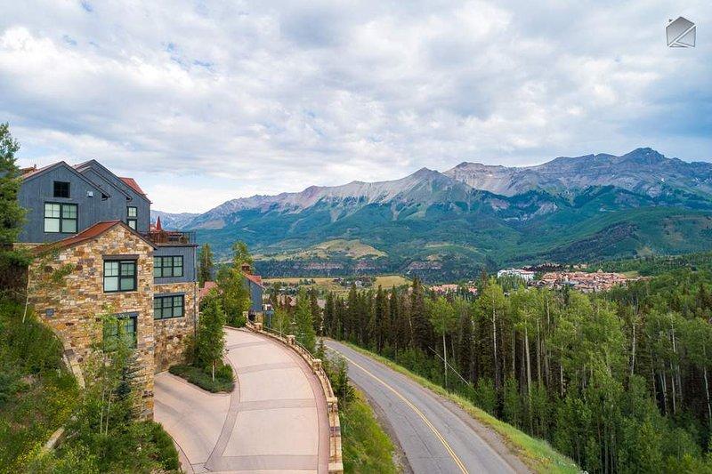 Mountain Village se encuentra a unos 1,000 pies más alto que el centro histórico.