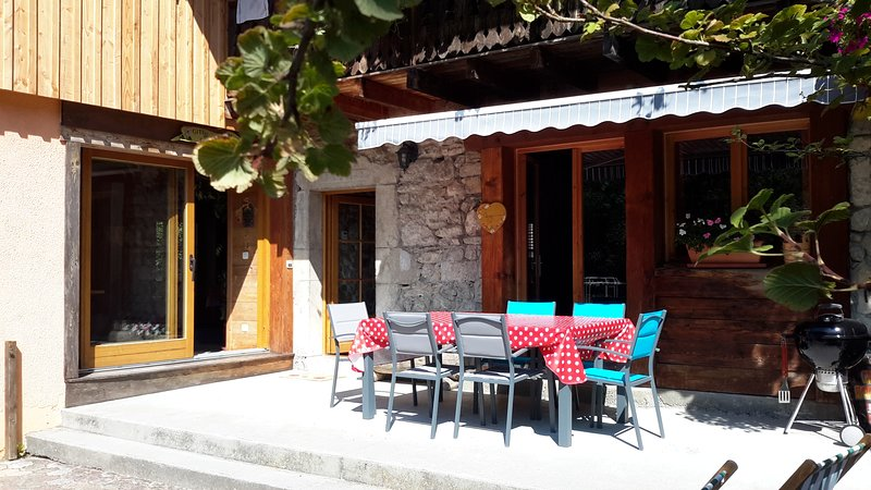 Amazing chalet with swimming-pool, vacation rental in La Roche-sur-Foron