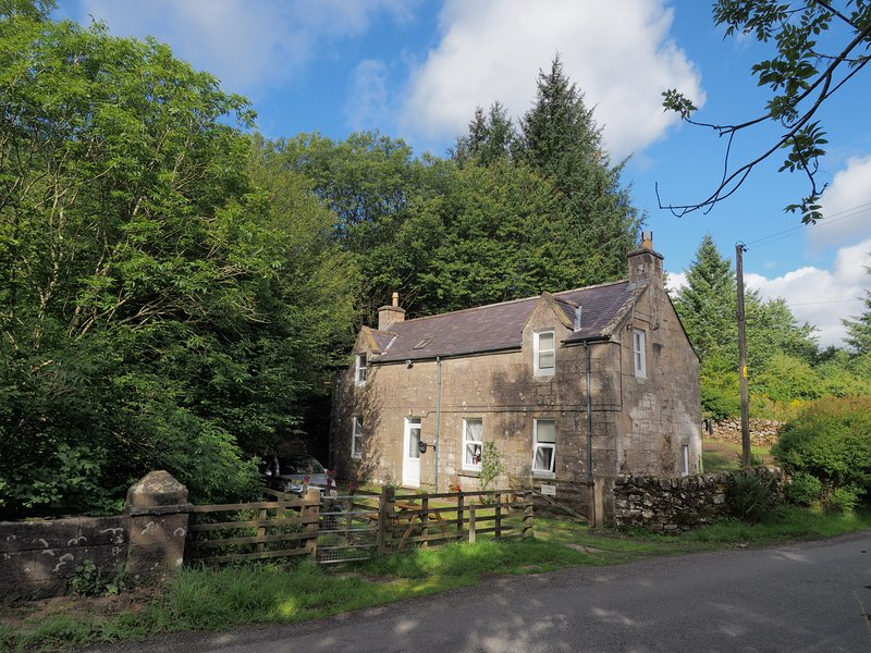 LOVELY COUNTRYSlDE COTTAGE NEXT TO EUCHAN WATER, vacation rental in Kirkconnel