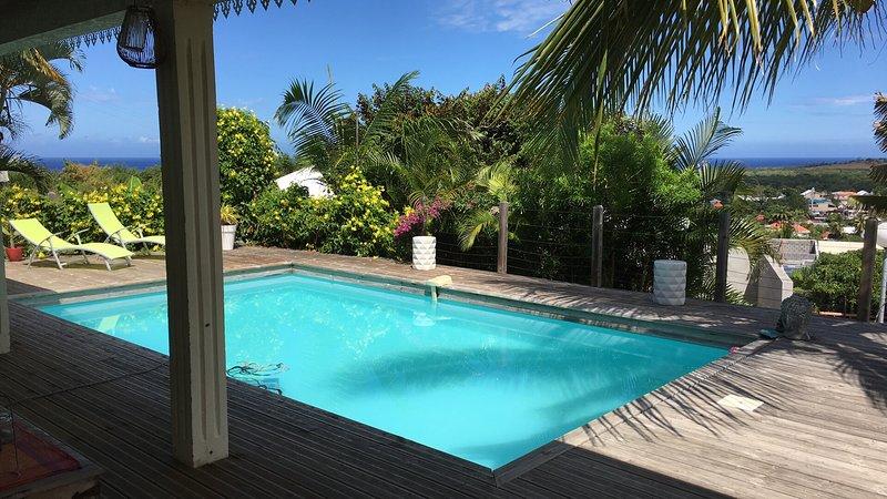 Villa avec Piscine, vue mer, foret, montagne, holiday rental in Etang-Sale les Hauts