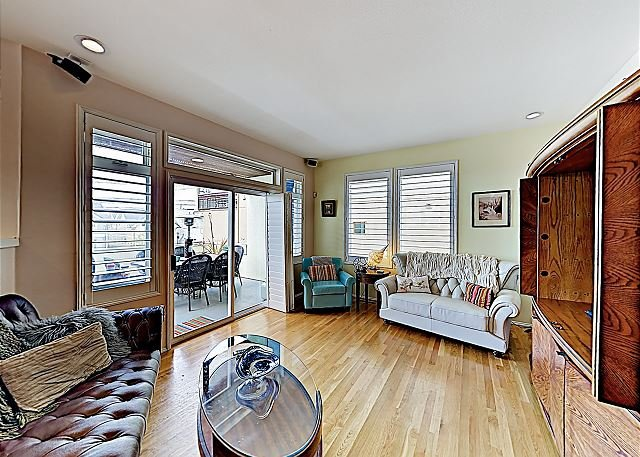 Chic Alki Point Retreat w/ 2 Bay-View Balconies - Walk to Beach and Eateries!, Ferienwohnung in Southworth