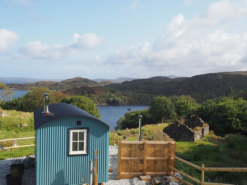 Iris - Iris: Luxury ensuite shepherd hut with hot tub and sea views, location de vacances à Drumbeg