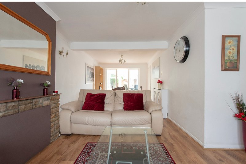 Beautifully presented and Spacious 3 bed house,Walking distance to train station, casa vacanza a Broxbourne