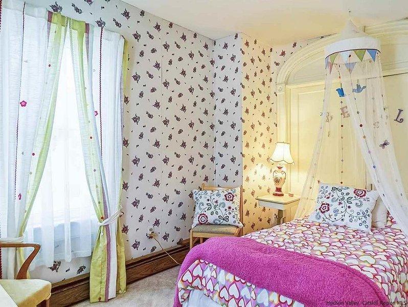 Queen Rose bedroom w/adjacent nursery/office, location de vacances à Bloomville