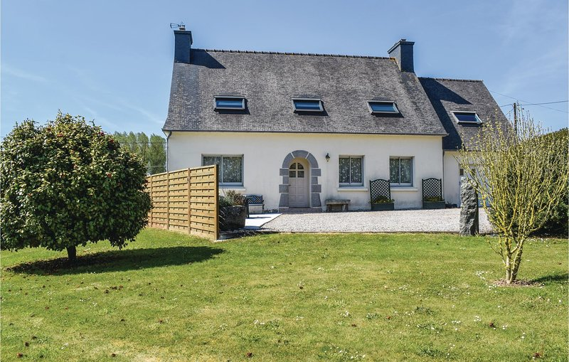 Nice home in Ploumilliau with 4 Bedrooms (FBC029) – semesterbostad i Lannion