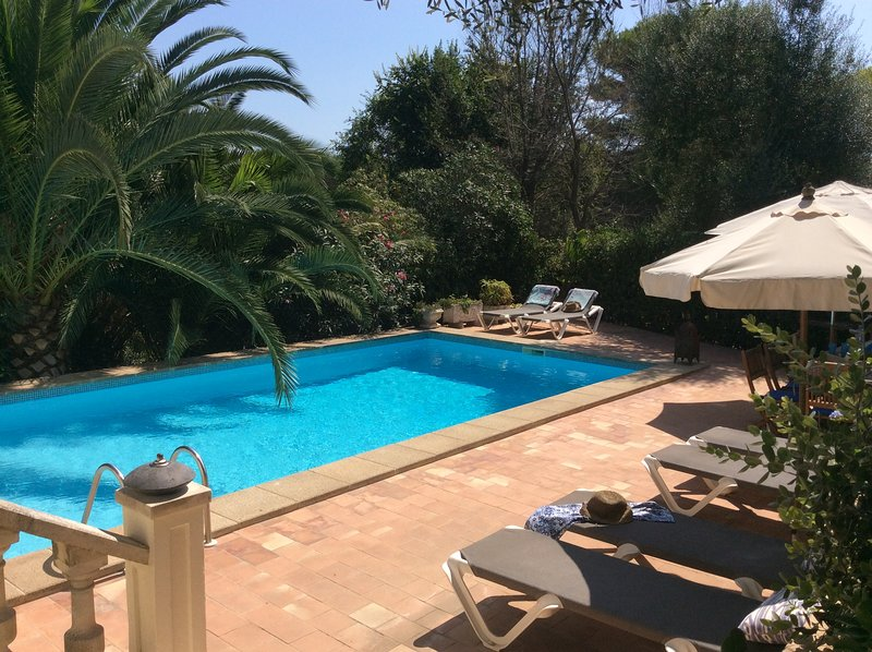 Villa with mature garden two minutes walk from sandy beach, holiday rental in Biniancolla