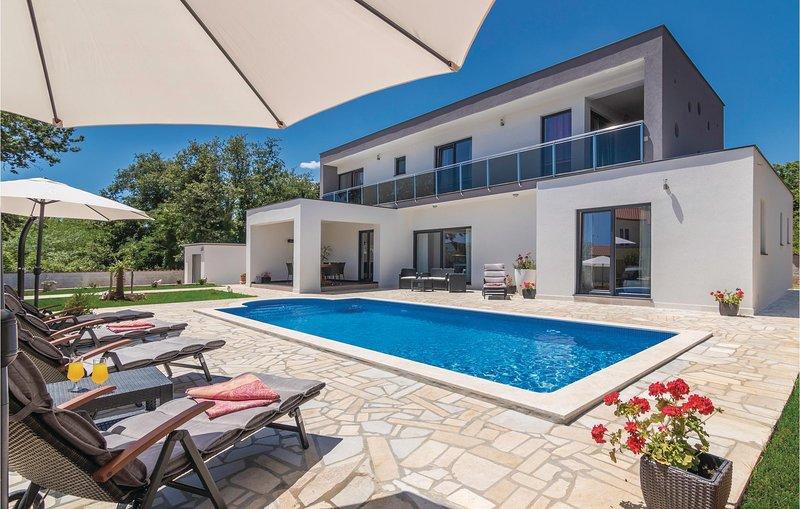 Beautiful home in Labin with WiFi and 4 Bedrooms (CIO093), casa vacanza a Vinez