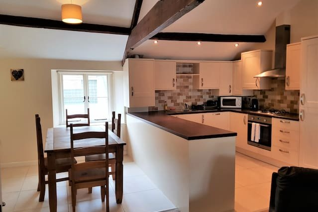 Spacious 2 Bed 2 Bath Apt | Pool Table | Central!, holiday rental in Swindon