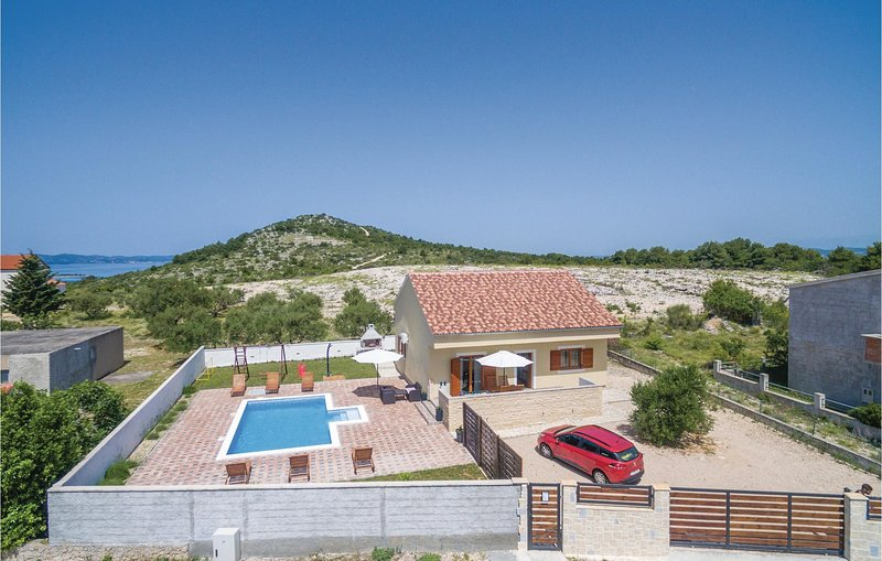 Amazing home in Biograd with WiFi and 2 Bedrooms (CDA106), location de vacances à Drage